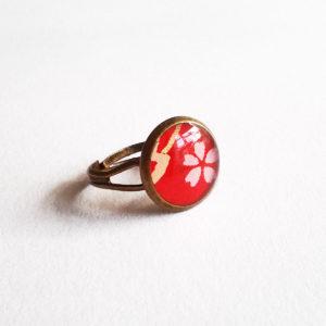 Akane, bague 12mm motif fleur de cerisier sur fond rouge