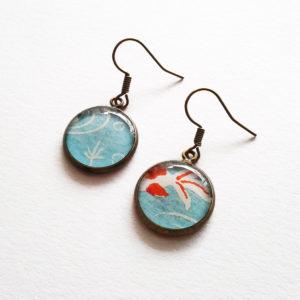 Hitomi, boucles d'oreilles courtes motif poissons koi sur fond bleu