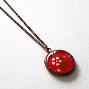 Makiko, collier motif fleurs sur fond rouge