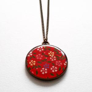 Makiko, collier long motif fleurs sur fond rouge