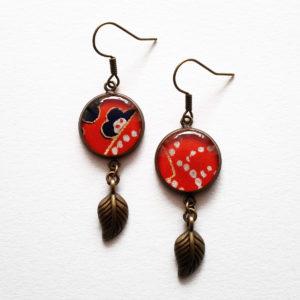 Megumi, boucles d'oreilles longues motif fleurs bleues et pois blancs sur fond rouge