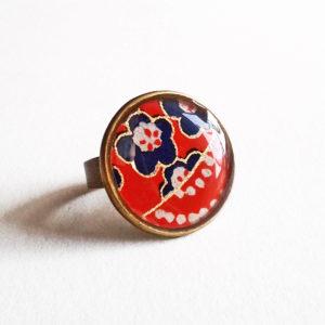 Megumi, bague 18mm motif fleurs bleues et pois blancs sur fond rouge