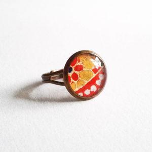 Mei, bague 12mm motif fleur dorée et pois blancs sur fond rouge