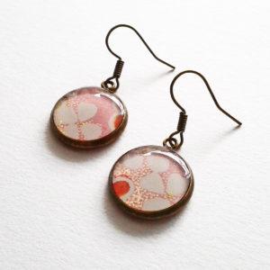 Sakura, boucles d'oreilles courtes motif fleurs de cerisier sur fond rose tendre