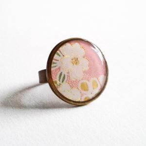 Sakura, bague 18mm motif fleurs de cerisier sur fond rose tendre