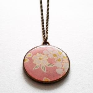 Sakura, collier long motif fleurs de cerisier sur fond rose tendre