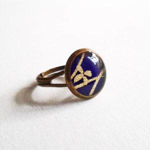 Shizuka, bague 12mm motif fleur dorée sur fond violet