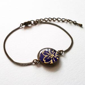 Shizuka, bracelet motif fleur dorée sur fond violet