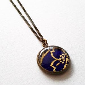 Shizuka, collier motif fleur dorée sur fond violet