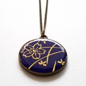 Shizuka, collier long motif fleurs dorées sur fond violet