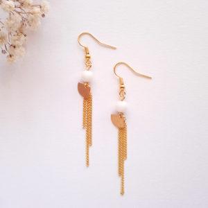 Boucles d'oreilles pendantes, mini éventail doré et perle en porcelaine blanche.