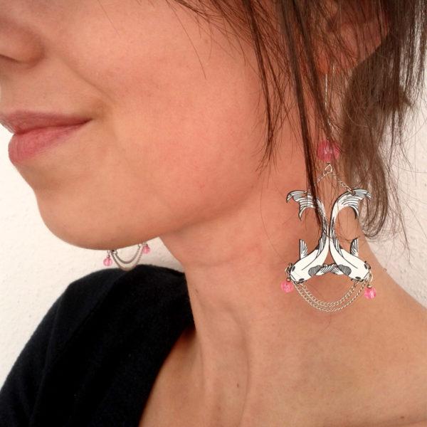 Grandes boucles d'oreilles poissons carpes koï couleur rose - légères - style art déco japonisant - photo du bijou porté
