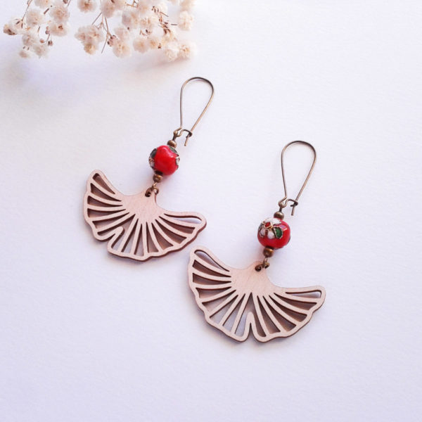 Boucles d'oreilles feuilles ginkgo en bois et perles rouges - bijou japonisant