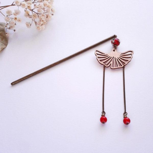 Pic à cheveux geisha japonisant rouge avec feuille de ginkgo en bois d'érable
