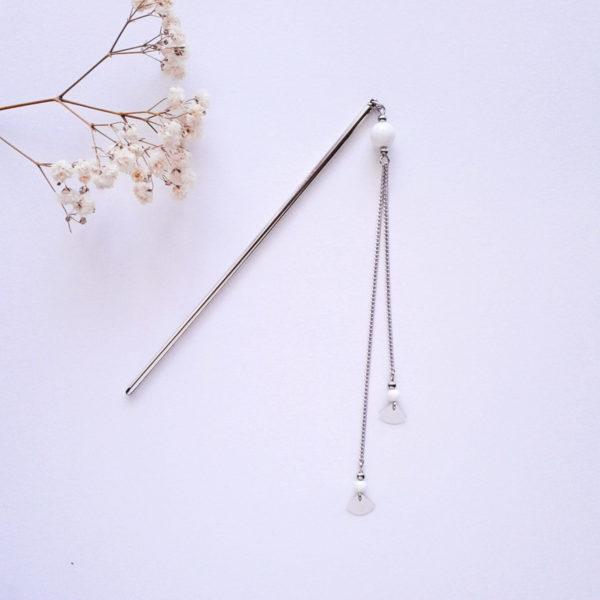 Pic à cheveux argenté avec minis éventails et perles en porcelaine blanche