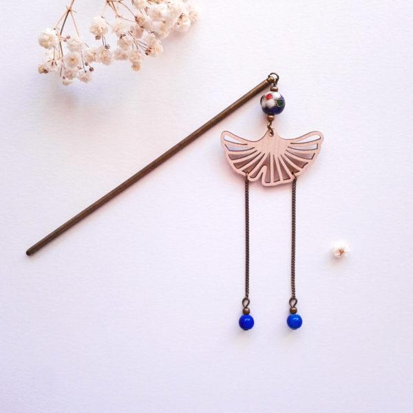 Pic à chignon inspiré des geisha avec une feuille de ginkgo en bois - couleur bleu cobalt