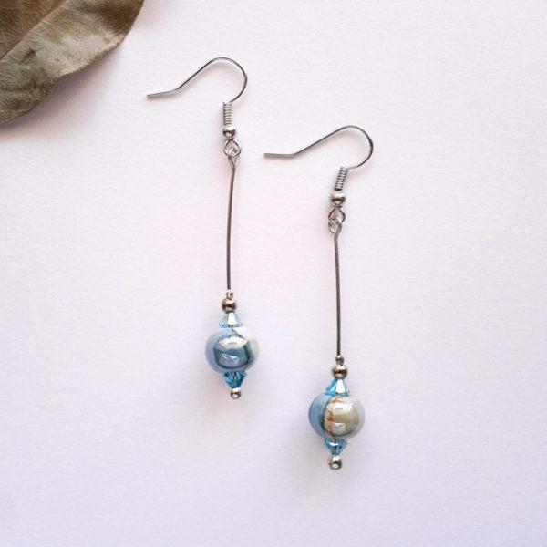 Boucles d'oreilles nébuleuse, perles bleues en céramique.