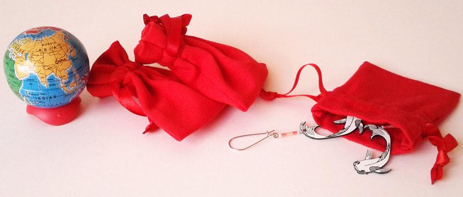 Pochons en tissu rouge pour ranger les bijoux.