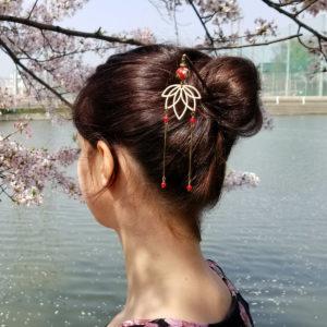 Pic à chignon lotus en bois, bronze et rouge.