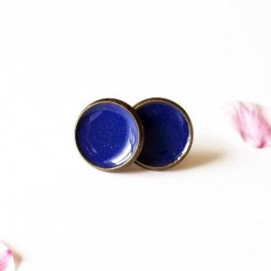 Puces d'oreilles en laiton et résine, couleur bleu nuit. Pièce unique.