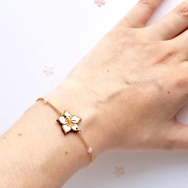 Bracelet sakura, fleur de cerisier en bois d'érable. Chaîne en acier inoxydable doré.