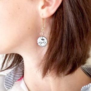 """Boucles d'oreilles """"j'aime les étoiles"""" - médaillon illustré montagne, planète et étoiles."""