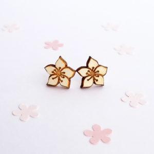 Petites puces d'oreilles fleur de cerisier, sakura, en bois d'érable français. Création originale la Louve.