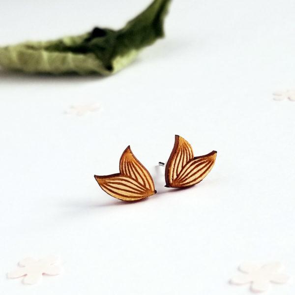 Petites puces d'oreilles en forme de feuilles et en bois d'érable.