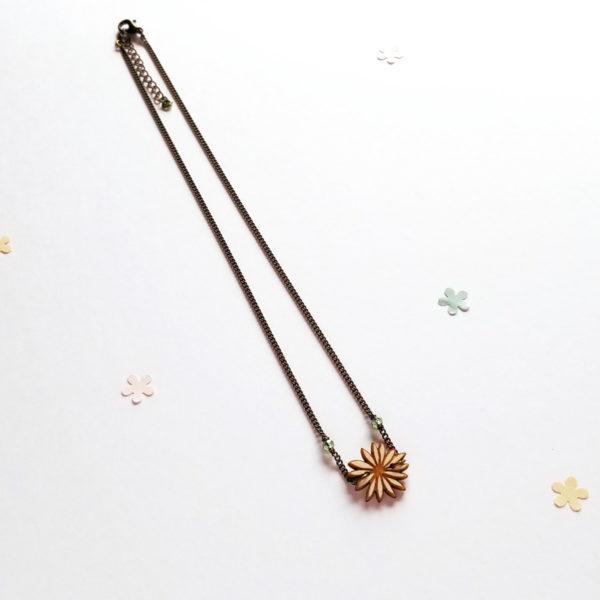 Collier court avec petite fleur en bois d'érable